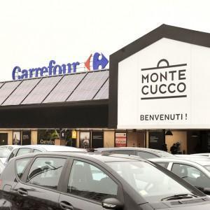 L'ingresso dell'ipermercato Carrefour in corso Monte Cucco (Torino)