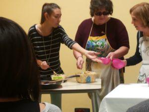 Alcune persone con disabilità visiva servono la cena durante un corso di autonomia personale
