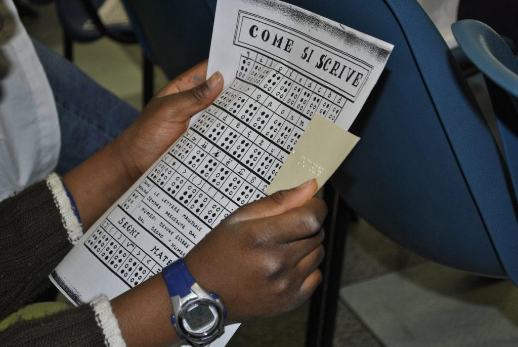 Tavola con alfabeto braille